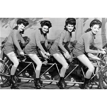 Vliesové fototapety ženy na kole rozměr 375 cm x 250 cm